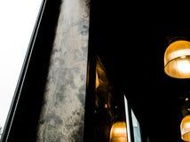 Attaccatura leggera della lampada d'annata sul soffitto con una parete grafica Fotografia Stock Libera da Diritti