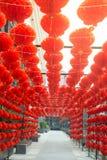 Attaccatura rossa di stile cinese della lanterna della lampada dei comp. decorata nel festival cinese del nuovo anno Immagine Stock