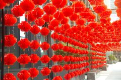 Attaccatura rossa di stile cinese della lanterna della lampada dei comp. decorata nel festival cinese del nuovo anno Immagine Stock Libera da Diritti