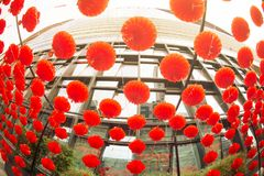 Attaccatura rossa di stile cinese della lanterna della lampada dei comp. decorata nel festival cinese del nuovo anno Fotografie Stock