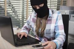 Attacchi del pirata informatico dal telefono e dal computer fotografia stock libera da diritti
