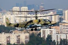 Attacco con elicottero GIALLO dell'alligatore 53 di Kamov Ka-52 dell'aeronautica russa rappresentato sopra la città di Mosca in L Immagini Stock Libere da Diritti