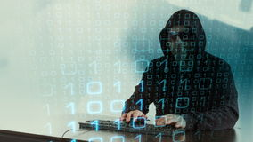 Attacco cyber di crimine del pirata informatico al computer della banca stock footage