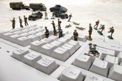 Attacco di Cyber di obbligazione di calcolatore dai soldati di giocattolo Fotografia Stock Libera da Diritti