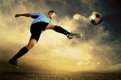 Attacco di gioco del calcio immagini stock