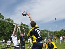 Attacco di pallavolo sopra il blocco Fotografie Stock Libere da Diritti