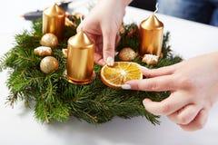 Attachés de femme oranges sur la guirlande de Noël Images stock