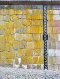 Attache de mesure de niveau d'eau au mur en pierre Images stock