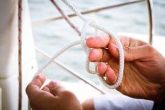 Attachement d'un noeud de marin Photo libre de droits