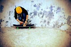 Attachement de la dentelle au skatepark Photo stock