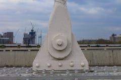 Attachement de pont de la Tamise Sur l'urbanisation brouillée de fond de la ville de Londres Construction et industrie image libre de droits