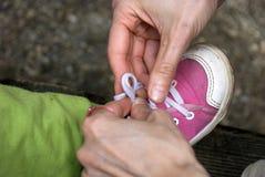 Attachement des chaussures de chéri Photo libre de droits