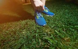 Attachement des chaussures de course bleues Photographie stock