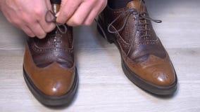 Attachement des dentelles d'une paire de chaussures classiques Projectile latéral clips vidéos