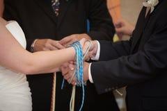 Attachement des mains de mariage de noeud Images stock