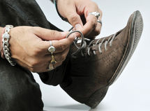 Attachement du lacet de chaussure photographie stock