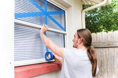 Attacher du ruban adhésif à Windows pour l'ouragan Image libre de droits