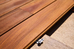 Attaches d'agrafes en bois d'installation de plate-forme de decking de tenue de protection individuelle Photos stock