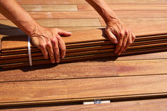 Attaches d'agrafes en bois d'installation de plate-forme de decking de tenue de protection individuelle Photographie stock libre de droits