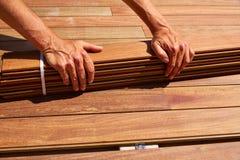 Attaches d'agrafes en bois d'installation de plate-forme de decking de tenue de protection individuelle Photographie stock libre de droits