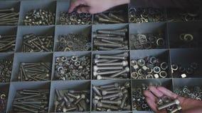 Attaches en métal Plan rapproché de divers écrous en acier, boulons matériel clips vidéos