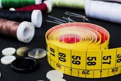 Attachez du ruban adhésif à la mesure et aux bobines des fils Photos libres de droits