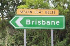 Attachez le panneau routier de Brisbane de ceintures de sécurité Images stock
