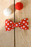 Attachez le tissu avec les points de polka rouges et deux boules lumineuses de fil Photographie stock libre de droits