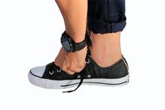 Attachez les chaussures avec le fond blanc, chaussure noire Photos libres de droits