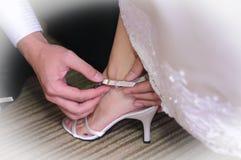 Attachez les lacets de chaussure de mariage Photo stock