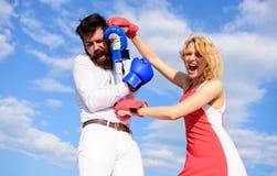 Attack är bästa försvar Förälskad stridighet för par Försvara din åsikt i konfrontation Handskar för man- och kvinnakampboxning arkivbilder