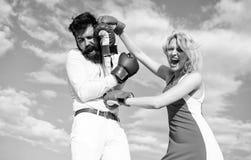 Attack är bästa försvar Förälskad stridighet för par Försvara din åsikt i konfrontation Handskar för man- och kvinnakampboxning royaltyfri bild
