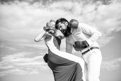 Attack är bästa försvar Försvara din åsikt i konfrontation Mannen och kvinnan slåss bakgrund för himmel för boxninghandskar kvinn arkivfoto
