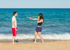 Attack för vattenvapen på stranden Royaltyfria Foton