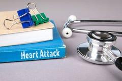 attack heart keeps man μπλε βιβλίο σε έναν γκρίζο πίνακα γραφείων στοκ εικόνες με δικαίωμα ελεύθερης χρήσης