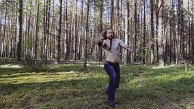Attack med en kniv i riktningen av kameran Utför en viking med en kal torso, ett långt hår och ett skägg arkivfilmer