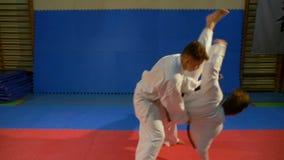 Attack- och självförsvartekniker som är erfarna under karateutbildning arkivfilmer