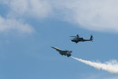 Attackhelikopter och en RSAF F-16C Fightin för RSAF AH-64 Apache Arkivbild