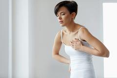 attackhjärta håller mannen Härlig kvinnakänsla smärtar i bröstkorghälsovård arkivbilder