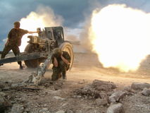 attacking 105 mm howitzer Royalty Free Stock Photography