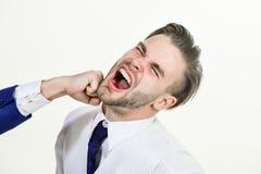 Attaque d'affaires Conflit d'affaires et concept d'argument Homme battu par fin de collègue vers le haut de visage sur le fond bl image stock