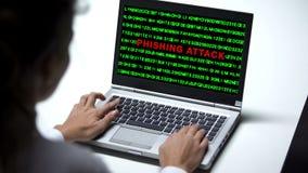 Attaque de Phishing sur l'ordinateur portable, femme travaillant dans le bureau, cybercriminalité, fraude images stock