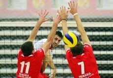 Attaque de volleyball d'hommes Photographie stock libre de droits