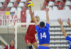 Attaque de volleyball d'hommes Images stock