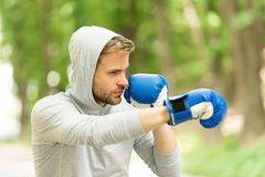 Attaquez ou défendez soit toujours prêt Gants de boxe s'exerçants concentrés par sportif Gants de sport de visage concentrés par  images stock