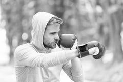 Attaquez ou défendez soit toujours prêt Gants de boxe s'exerçants concentrés par sportif Gants de sport de visage concentrés par  photos libres de droits