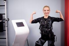 Attarctive żeński bodybuilder w electicel pobudzenia mięśniowym kostiumu obrazy royalty free