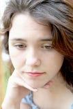 Atteggiamento pazzo della ragazza teenager fotografia stock libera da diritti