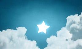 Atteignez et touchez l'étoile photographie stock libre de droits