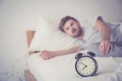 atteinte américaine de nationalité somnolente d'homme pour le sommeil de réveil Images stock